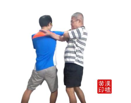 交臂盘龙掌之  :乌龙摆尾(circular strike)