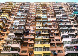 时事评论:香港新一代,出《新招》买《贵楼》