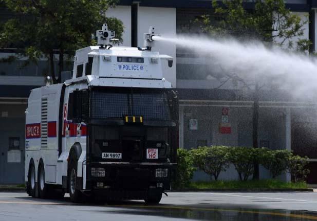 香港警察最新的利器:水炮车!